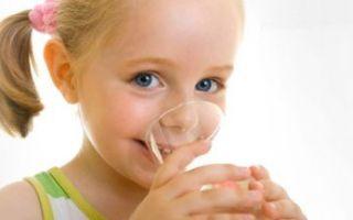 Ребенок много пьет воды: причины, что делать родителям
