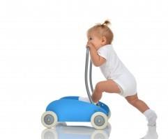 В каком возрасте ребенок начинает ходить самостоятельно