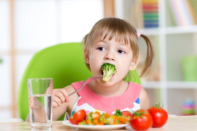 Чем кормить ребенка: правильное питание для детей