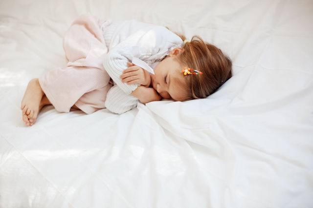 Малыш плачет во сне: причины, советы родителям