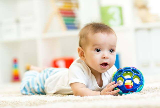 Развитие ребенка в 5 месяцев: питание, навыки и развивающие занятия