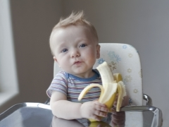 Начинаем давать ребенку банан - смотрим на реакцию малыша