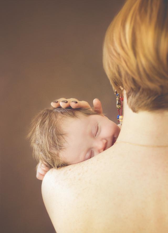 как правильно держать новорожденного ребенка столбиком, фото и видео