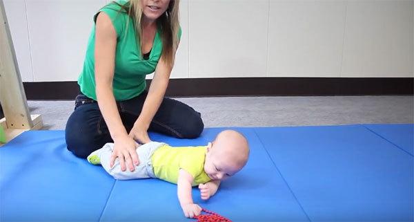 Во сколько месяцев ребенок начинает переворачиваться на живот, на спину