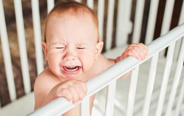 Ребенок плачет без причины: Что делать