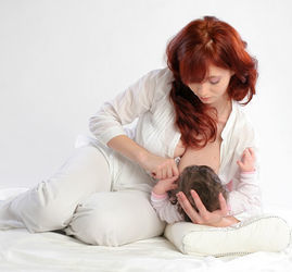 Как правильно прикладывать ребенка для кормления, кормление лежа на боку