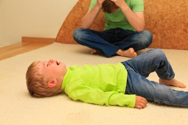 Ребенок закатывает истерику: как правильно вести себя