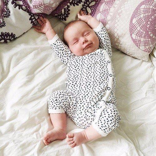 Нужна ли подушка новорожденному в кроватку: какая лучше