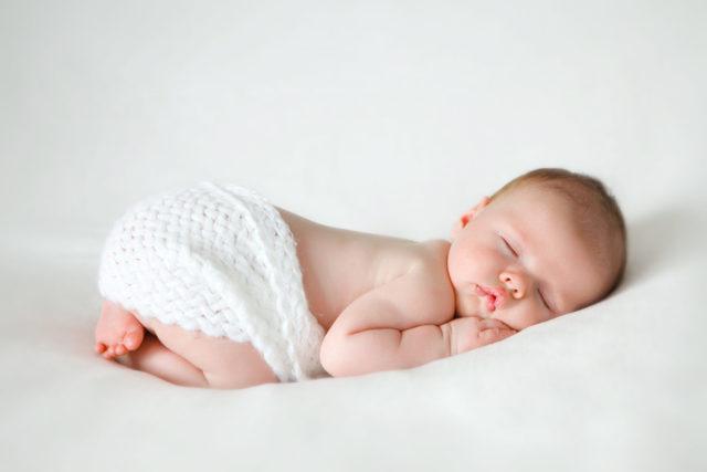 Можно ли новорожденному спать на животе?