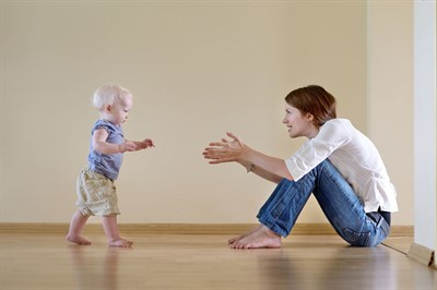 Во сколько дети начинают ходить самостоятельно: норма для малышей