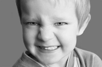 Ребенок по ночам скрипит зубами - что делать и каковы причины