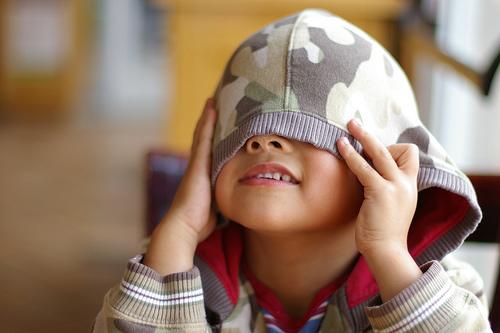 Ребенок стесняется знакомиться с другими детьми: что делать