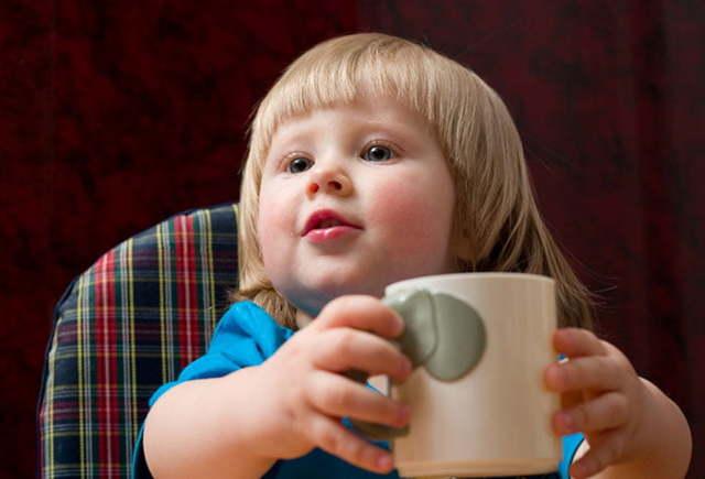 Как научить ребенка пить из чашки - простые советы