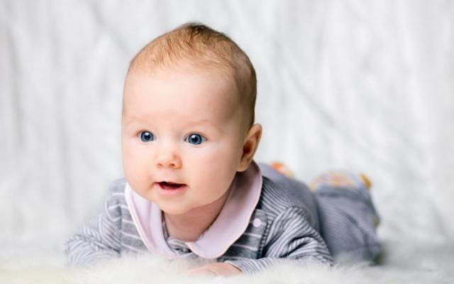 Почему ребенок часто срыгивает после кормления, причины срыгивания фонтаном
