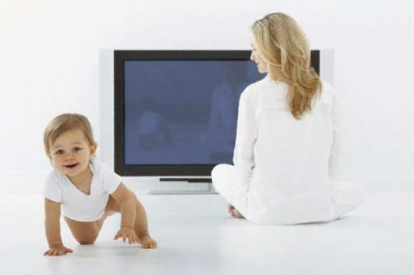 Можно ли новорожденным смотреть телевизор - вредно или нет?