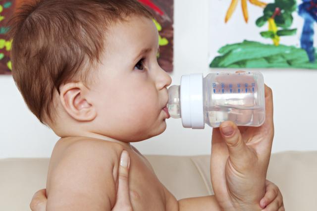 Сколько воды нужно давать грудничку в день, нужно ли вообще допаивать ребенка?