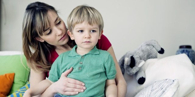 У грудничка болит животик: что делать
