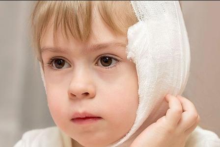 Как правильно и безопасно закапывать капли в ухо ребенку
