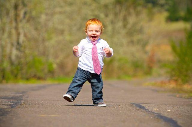 Когда ребенок начинает вставать на ножки в кроватке