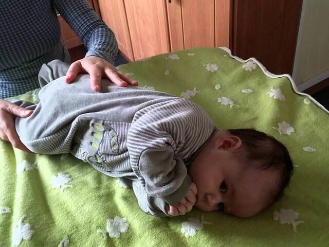 Как научить ребенка переворачиваться с живота на спину: и наоборот