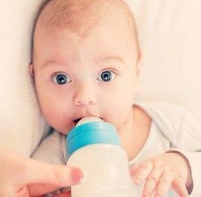 Сколько должен съедать новорожденный за одно кормление: таблица
