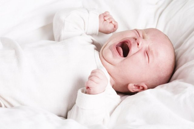 Как успокоить грудничка когда он плачет