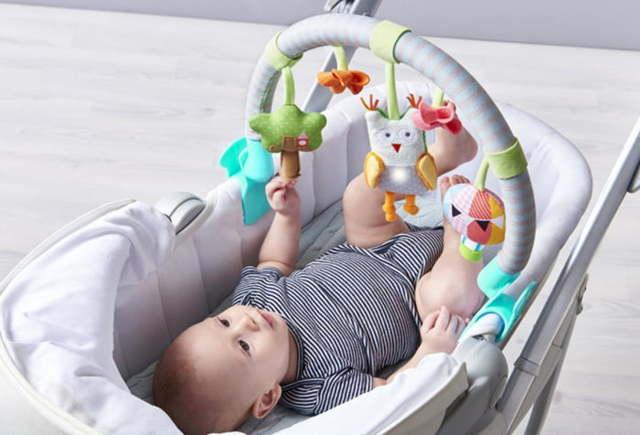 Развитие ребенка в 4 месяца: уход за младенцем, особенности питания и развивающие игры