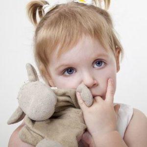 Грудничок сосет кулак - как отучить ребенка от этой привычки