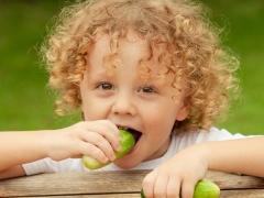 Когда можно давать ребенку помидоры и огурцы