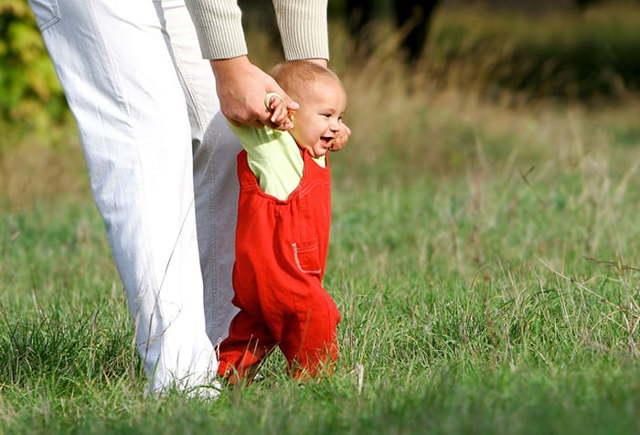 Как научить ребенка ходить самостоятельно: без поддержки