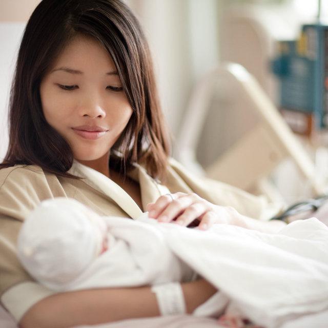 Почему болят грудь, соски при кормлении новорожденного