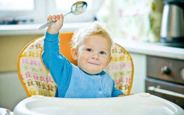 Как научить ребенка есть ложкой: самостоятельно