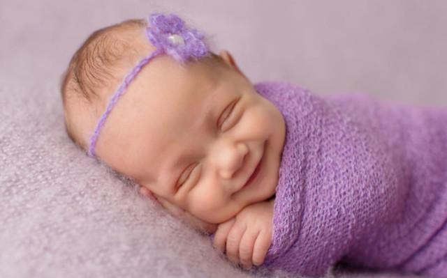 Когда ребенок начинает улыбаться осознанно, смеяться в голос